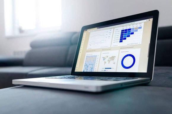 ordenador con datos de marketing online